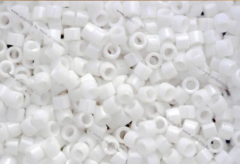 Delica gyöngy 11/0, DB0200, telt kréta fehér, 4g